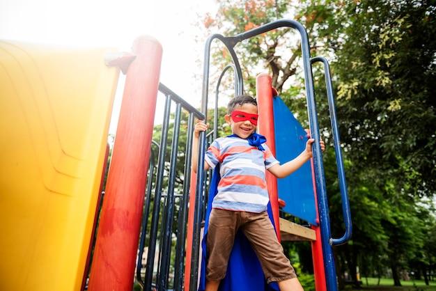 Speeltuin yard superhero vrijheid kind boy concept