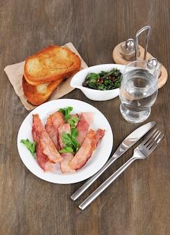 Spek op borden op houten tafel
