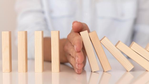 Spel gemaakt met houten stukken die financiële problemen vertegenwoordigen