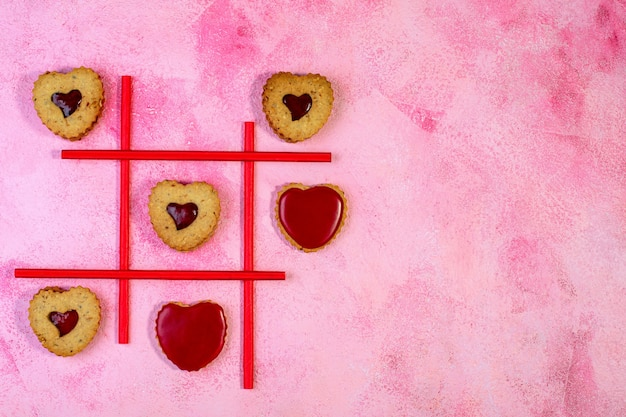 Spel van tic tac-teenkoekjes in de vorm van een hart. concept van valentijnsdag