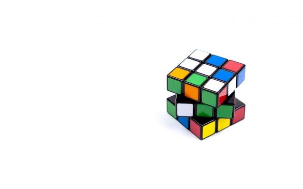 Spel veelkleurige kubus op wit