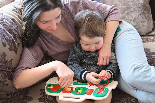 Spel voor de ontwikkeling van fijne motoriek bij een kind. kinder ontwikkeling.