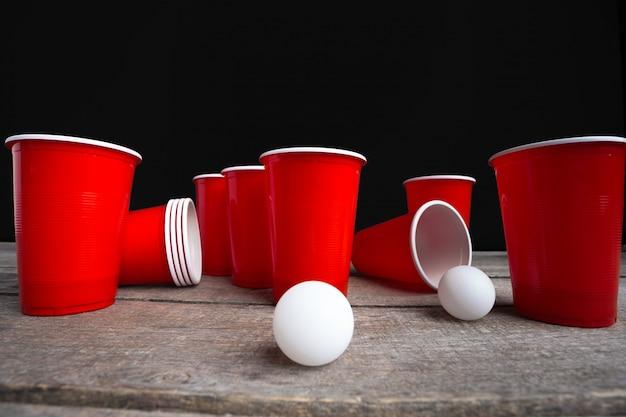 Spelbier pong op houten lijst