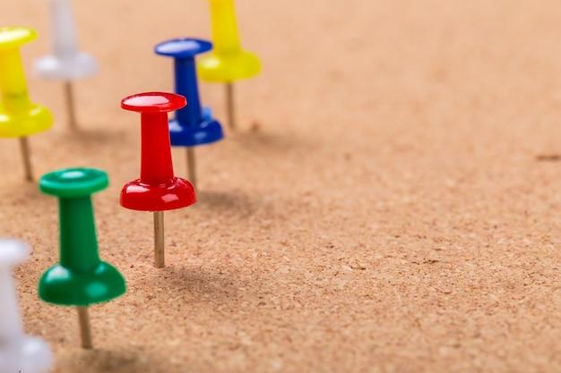 Speldbordtextuur en kleurrijke spelden