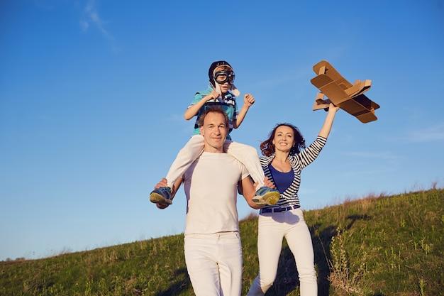 Spelen in de natuur in de zomer en gelukkige familie.