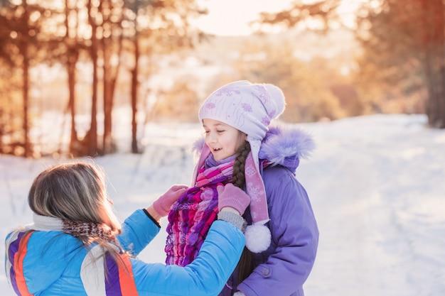Spelen in de winter buiten en gelukkige familie