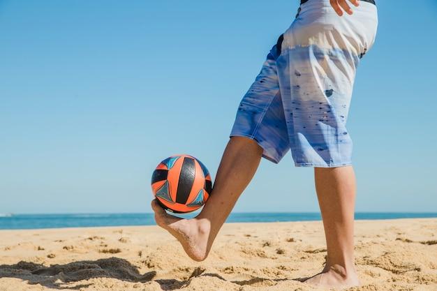 Spelen met de bal op het strand