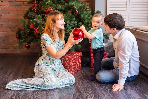 Spelen met kerstballen thuis en gelukkige familie