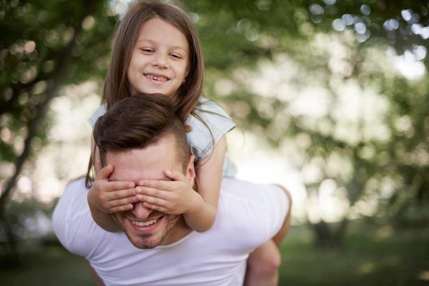 Spelen met papa in de frisse lucht