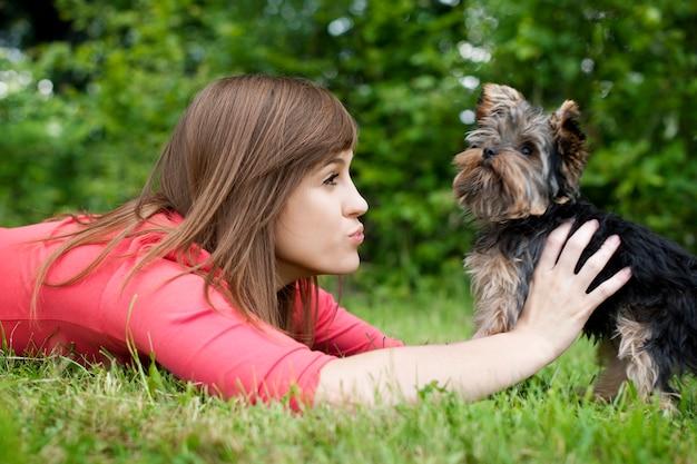 Spelen met schattige puppy