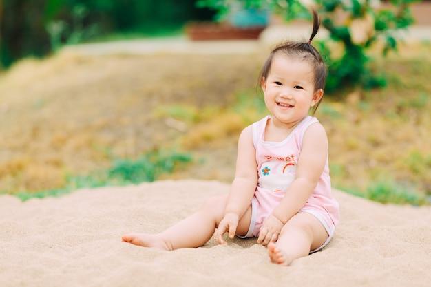 Spelen met zand is goed voor zintuiglijke ervaring en leren voor de baby
