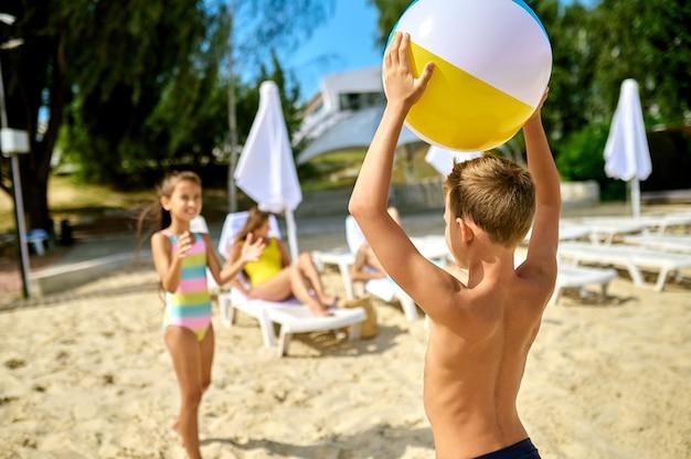 Spelen op een strand. kinderen die bal spelen op een strand