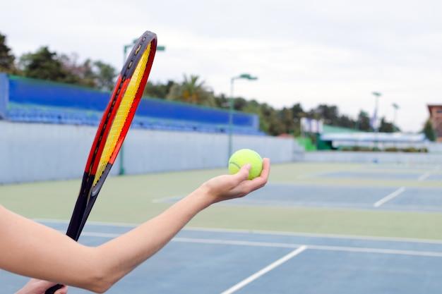 Speler die de bal op de tennisbaan voorbereidingen treft te raken