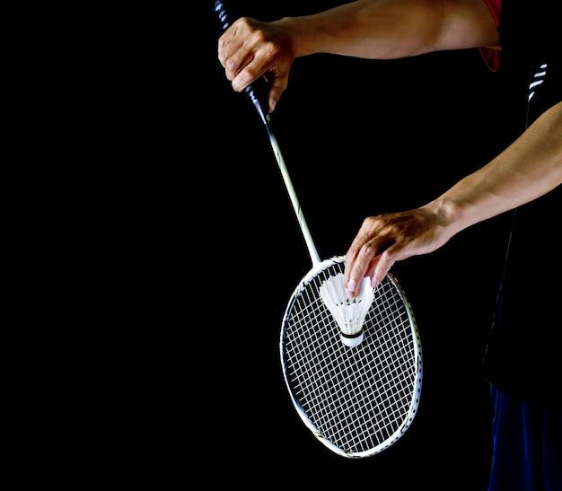Speler die het badminton vasthoudt