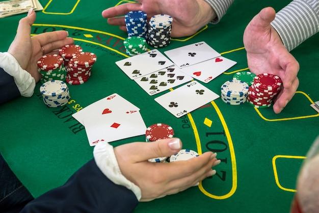 Speler en dealer, stapel fiches harken