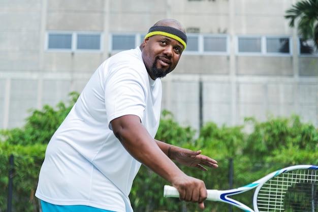 Speler klaar om een tennisbal te raken