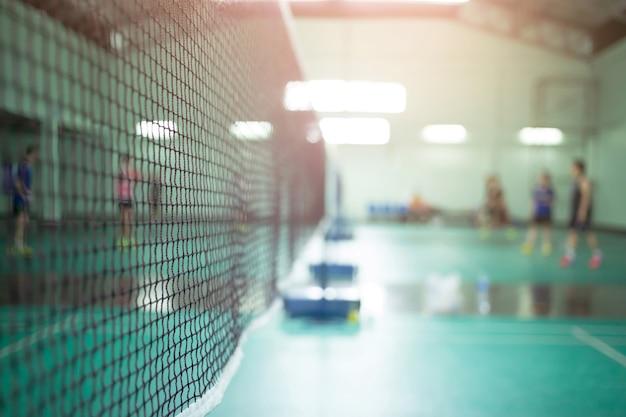 Spelers badminton in badmintonveld.
