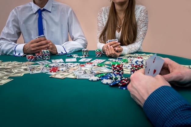 Spelershanden met kaartcombinatie, casino, gokken