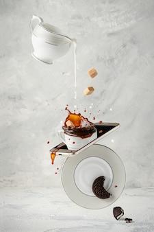 Spetterende koffie met melk, rietsuiker en koekje