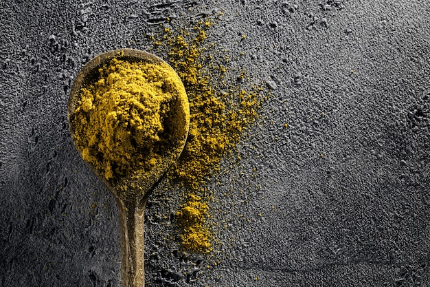 Spice food ingredients houten lepel op grijze tafelachtergrond