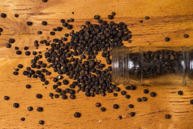 Spices. kruik en hoop peper op de tafel