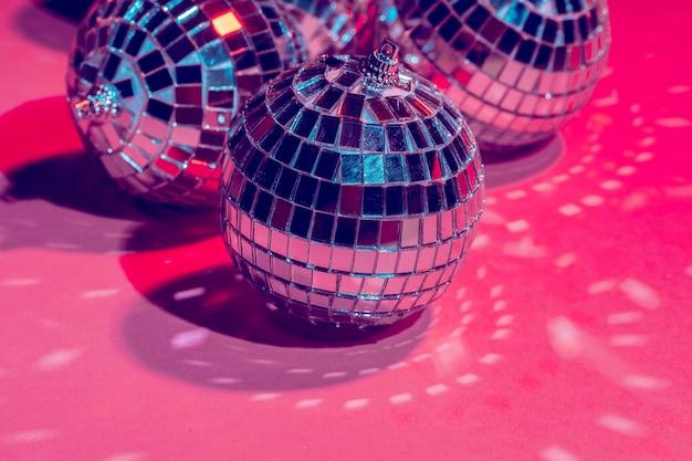Spiegel discoballen over roze achtergrond. feest, nachtleven concept