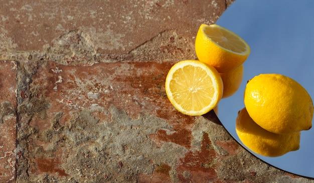 Spiegel met verse citroenen