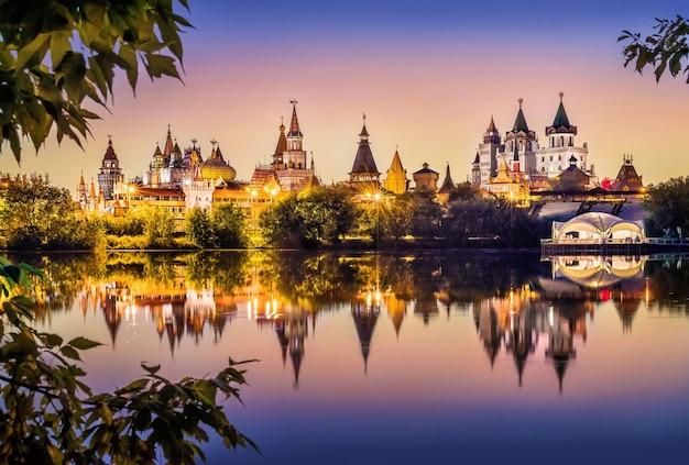 Spiegel zomeravond in izmailovo kremlin in moskou
