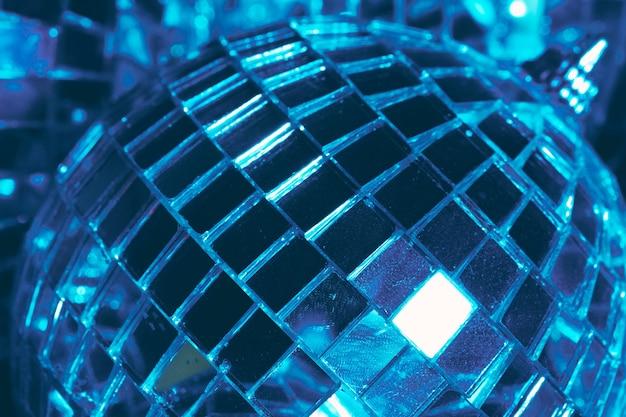 Spiegelballen verlichten in het donker close-up