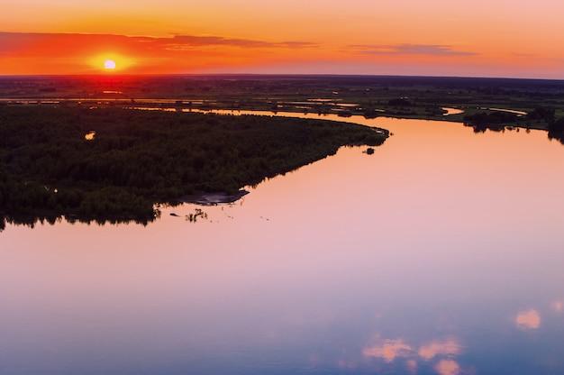 Spiegeloppervlak van water bij zonsondergang