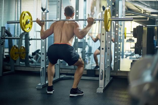 Spieren spannen met barbell