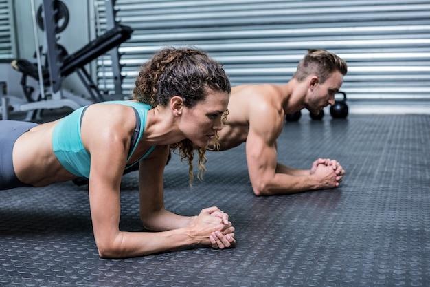 Spierpaar die planking oefeningen doen