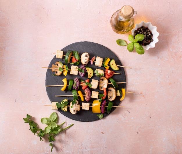 Spiesjes met groenten en tofu, veganistisch grillen, schoon eten, zomerfeest eten