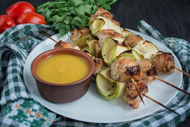 Spiesjes met groenten, saus en kruiden