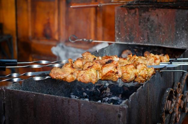 Spiesjes met het vlees gebakken op houtskool. traditionele sjasliek.