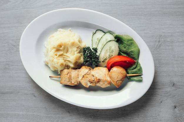 Spiesjes op spiesjes met een bijgerecht van aardappelpuree.gerechten voor het familiediner