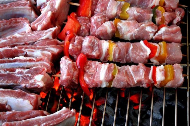Spiesjes van vlees en ribben op de grill