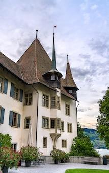 Spiez castle in het kanton bern, zwitserland