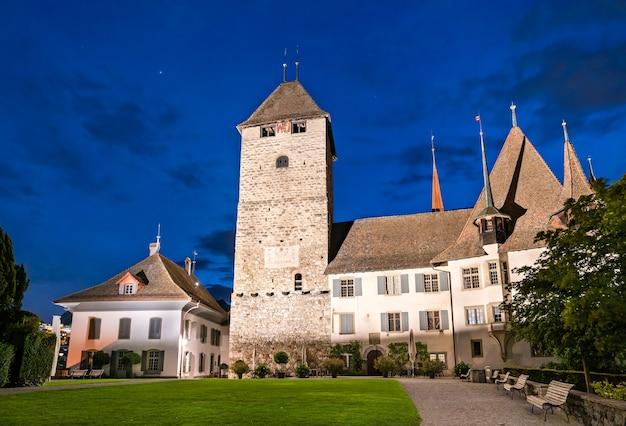 Spiez castle in zwitserland 's nachts