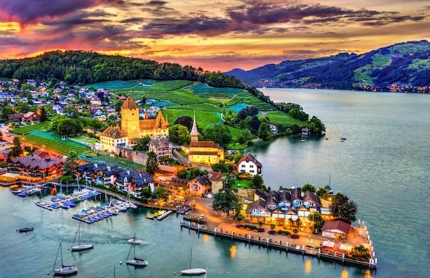 Spiez castle op het meer van thun in het kanton bern, zwitserland