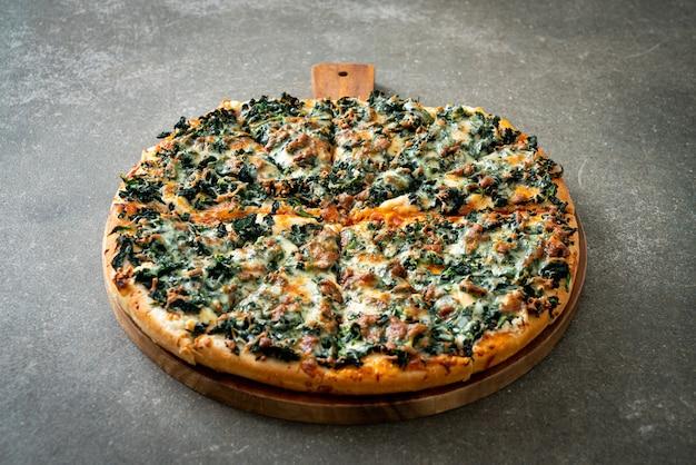 Spinazie en kaas pizza op houten dienblad - veganistische en vegetarische eetstijl