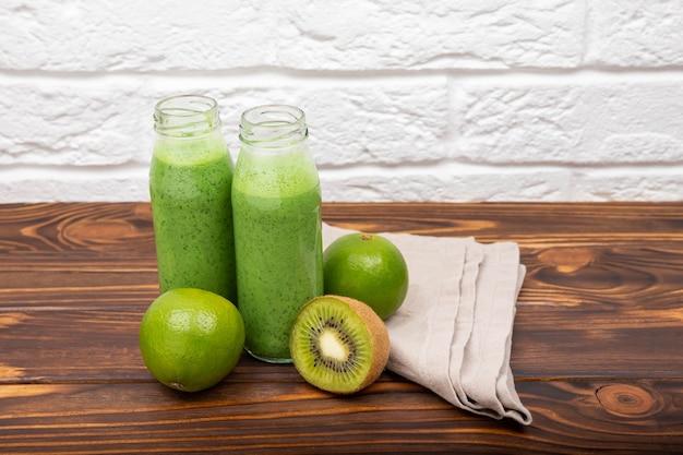 Spinazie groene smoothie op een lichte achtergrond verse groene smoothie