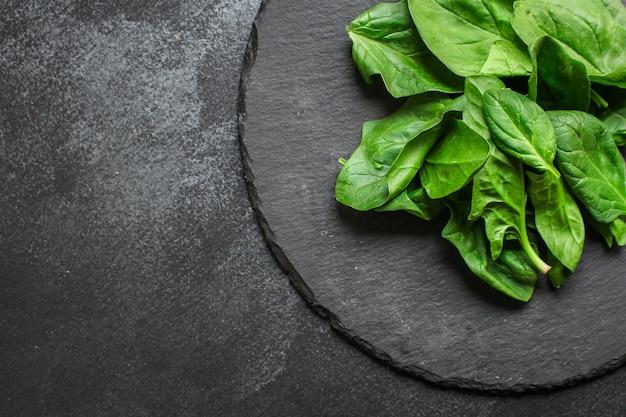 Spinazie. voedsel achtergrond. kopie ruimte. bovenaanzicht