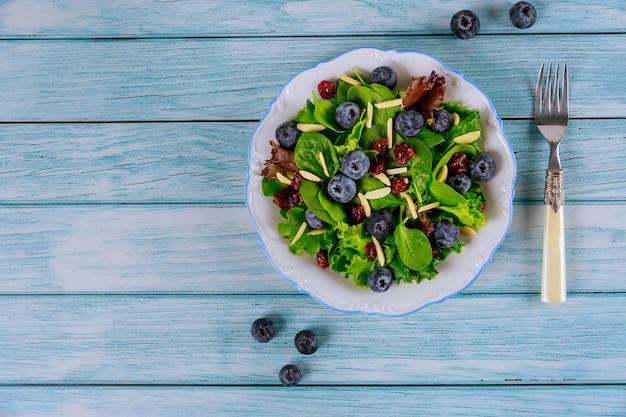Spinaziesalade met cranberry, bosbes en amandelschaafsel
