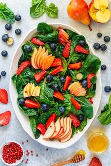 Spinaziesalade met fruit en bessen