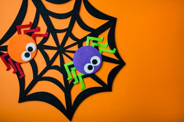 Spinneweb met spinnen op een oranje achtergrond