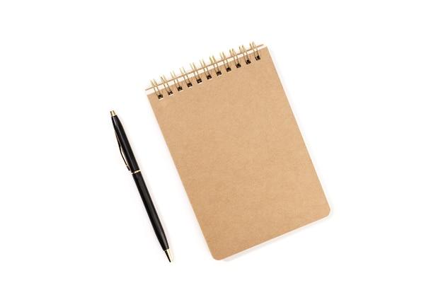 Spiraal kladblok en pen geïsoleerd op een witte achtergrond. sjabloonmodel