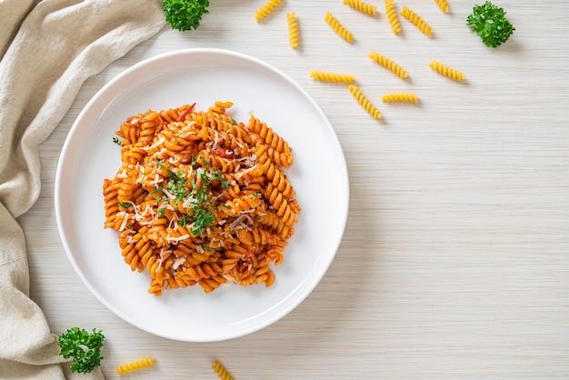 Spiraal- of spirali-pasta met tomatensaus en kaas - italiaans eten