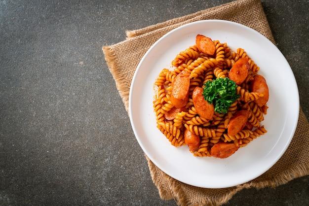 Spiraal of spirali pasta met tomatensaus en worst. italiaanse eetstijl