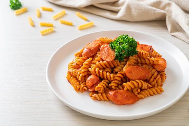 Spiraal- of spirali-pasta met tomatensaus en worst - italiaanse eetstijl